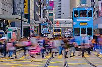 Chine, Hong Kong, Hong Kong Island, Des Voeux Road Central // China, Hong-Kong, Hong Kong Island, Des Voeux Road Central, busy crossing