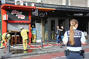 Mannheim. 30.06.17   Brand in der Innenstadt<br /> Innenstadt. N7. Brand in einer Bar.<br /> Zu einem größeren Rückstau von Lieferfahrzeugen in der Kunststraße führt derzeit ein Brand in der Mannheimer Innenstadt. Wegen der Löscharbeiten ist die Kunststraße derzeit noch gesperrt. Die Feuerwehr war am Morgen zu einer Verpuffung in einem Gastronomiebetrieb gerufen worden. Tatsächlich brannte es in der Küche. Das Feuer führte zu einer starken Rauchentwicklung. Zeitweise waren zwei Löschzüge der Berufsfeuerwehr und die Freiwillige Feuerweh Innenstadt im Einsatz. Derzeit werden die Schläuche eingerollt, die Einsatzstelle wohl in kurzer Zeit freigegeben. Bei dem Brand zogen sich drei Personen Rauchgasvergiftungen zu. Sie kamen zur Behandlung ins Krankenhaus.<br /> <br /> <br /> BILD- ID 0432  <br /> Bild: Markus Prosswitz 30JUN17 / masterpress (Bild ist honorarpflichtig - No Model Release!)