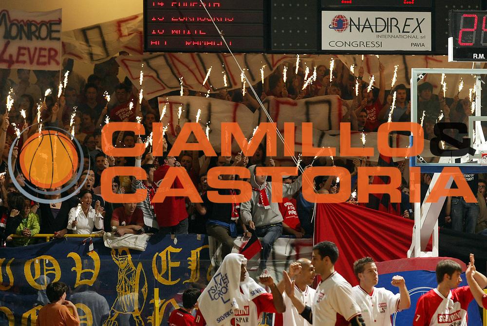 DESCRIZIONE : Pavia Lega A2 2006-07 Playoff Finale Gara 3 Edimes Pavia Scavolini Spar Pesaro<br /> GIOCATORE : Tifosi<br /> SQUADRA : Edimes Pavia<br /> EVENTO : Campionato Lega A2 2006-2007 Playoff Finale Gara 3<br /> GARA : Edimes Pavia Scavolini Spar Pesaro<br /> DATA : 01/06/2007 <br /> CATEGORIA : Tifosi<br /> SPORT : Pallacanestro <br /> AUTORE : Agenzia Ciamillo-Castoria/G.Cottini