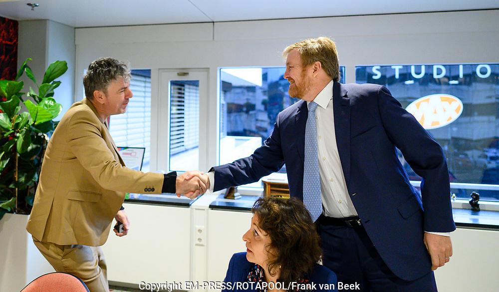 Koning Willem Alexander brengt een werkbezoek aan het Radiohuis van de Nederlandse Publieke Omroep (NPO) in Hilversum. Het bezoek staat in het teken van het medium radio, dat dit jaar in Nederland honderd jaar bestaat.<br /> <br /> Op de foto:  Koning Willem-Alexander en Ruud de Wild