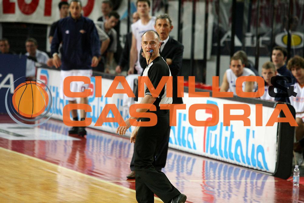 DESCRIZIONE : Roma Lega A1 2005-06 Play Off Quarti Finale Gara 2 Lottomatica Virtus Roma Montepaschi Siena <br /> GIOCATORE : Arbitro <br /> SQUADRA : <br /> EVENTO : Campionato Lega A1 2005-2006 Play Off Quarti Finale Gara 2 <br /> GARA : Lottomatica Virtus Roma Montepaschi Siena <br /> DATA : 20/05/2006 <br /> CATEGORIA : Ritratto <br /> SPORT : Pallacanestro <br /> AUTORE : Agenzia Ciamillo-Castoria/G.Ciamillo
