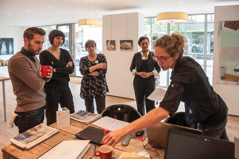 De collectie van Kunst in Huis telt vandaag zo'n 5.000 werken van 400 actuele kunstenaars die wonen en werken in Vlaanderen. Het is een afspiegeling van alle actuele beeldende kunststromingen in Vlaanderen. Op regelmatige tijdstippen verrijken we de collectie met nieuwe kunstenaars en kunstwerken.<br /> <br /> Kunst in Huis heeft vier filialen: in Antwerpen, Gent, Brussel en Leuven. Je kan er inschrijven, kiezen, reserveren, ruilen en kopen. Maar Kunst in Huis komt ook naar je toe. Elke zaterdag zetten we ergens in Vlaanderen een pop-up op. Ook daar kan je inschrijven, reserveren, ruilen en kopen.<br /> <br /> Op die manier maakt Kunst in Huis een brede waaier aan hedendaagse kunstvormen toegankelijk en geeft ze beginnende kunstenaars een duw in de rug. Bovendien wordt een kunstwerk nooit &lsquo;alleen maar&rsquo; uitgeleend, maar krijgen klanten ook het verhaal van de kunstenaar mee wanneer ze een werk ontlenen.