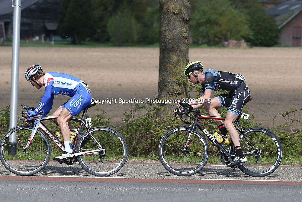 02-05-2015: Wielrennen: Ronde van Overijssel mannen: Rijssen  <br />RIJSSEN (NED) wielrennen:  De 63e ronde van Overijssel heeft als zwaarte punt de heuveltjes rond Ootmarsum en de Sallandse heuvelrug. Net als in de ronde van Vlaanderen kent men in Overijssel het dorp van de ronde. In 2015 is de eer aan Markelo.<br />Jasper Hamelink in het wiel van Rens te Stroet