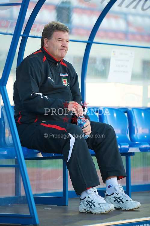 VILA REAL DE SANTO ANTONIO, PORTUGAL - Wednesday, February 11, 2009: Wales' manager John Toshack MBE before the International Friendly match against Poland at the Vila Real de Santo Antonio Sports Complex. (Mandatory credit: David Rawcliffe/Propaganda)