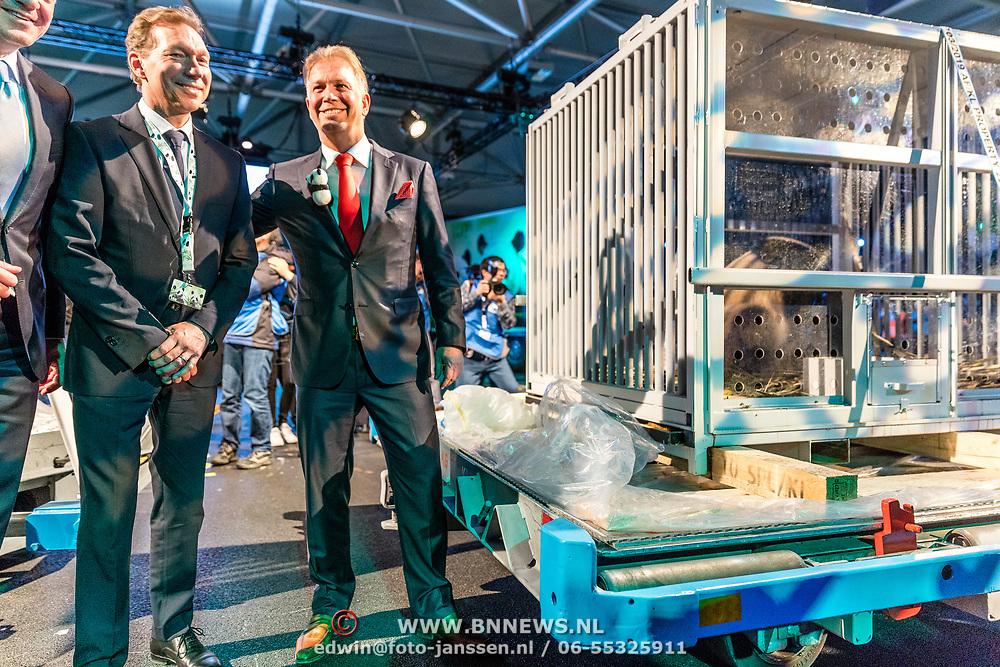 NLD/Amsterdam/20170412- Aankomst reuzenpanda's WU WEN en XING YA in Nederland, Marcel Boekhoorn , directeur Ouwehand direnpark  en Directeur KLM Cargo Marcel de Nooijer