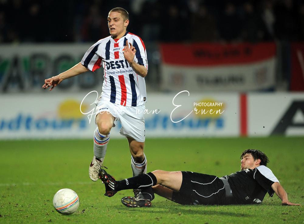 28-02-2009 Voetbal:Willem II:Heracles Almelo:Tilburg<br /> Jens Janse laat Wuytens achter zich<br /> Foto: Geert van Erven