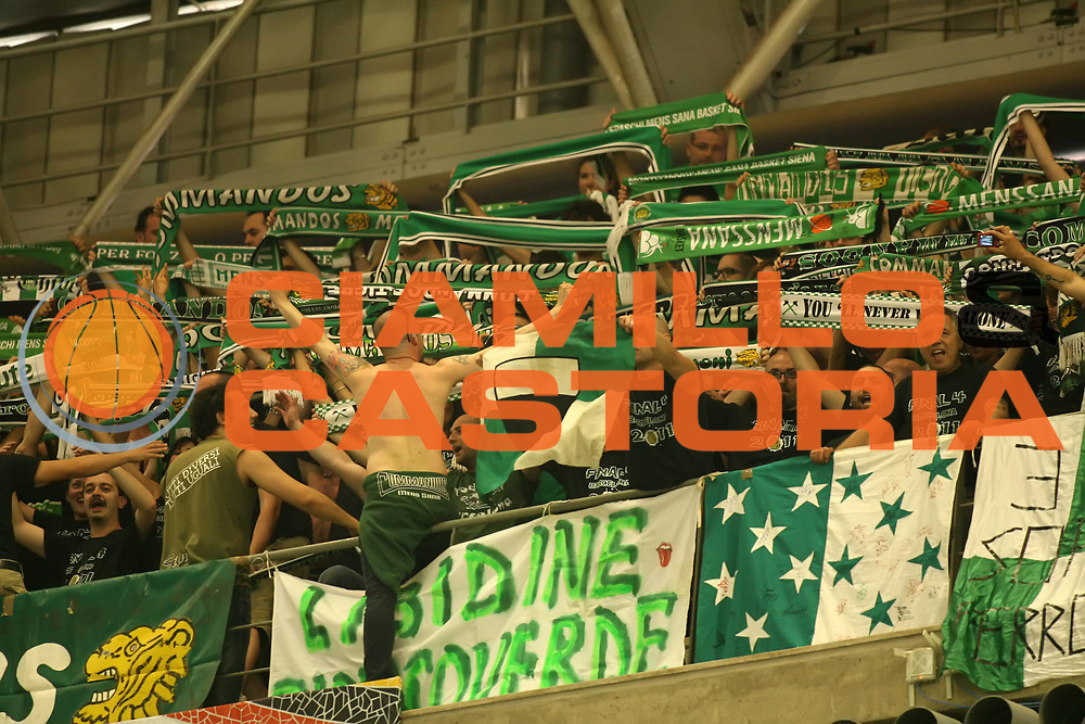 DESCRIZIONE : Barcellona Barcelona Eurolega Eurolegue 2010-11 Final Four Semifinale Semifinal Panathinaikos Montepaschi Siena<br /> GIOCATORE : fan supporter tifo<br /> SQUADRA : Montepaschi Siena<br /> EVENTO : Eurolega 2010-2011<br /> GARA : Panathinaikos Montepaschi Siena<br /> DATA : 06/05/2011<br /> CATEGORIA : <br /> SPORT : Pallacanestro<br /> AUTORE : Agenzia Ciamillo-Castoria/ElioCastoria<br /> Galleria : Eurolega 2010-2011<br /> Fotonotizia : Barcellona Barcelona Eurolega Eurolegue 2010-11 Final Four Semifinale Semifinal Panathinaikos Montepaschi Siena<br /> Predefinita :
