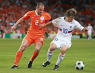 21-06-2008: Voetbal: Nederland-Rusland: Basel <br /> Andre Ooijer in duel met Andrei Arshavin<br /> Foto: Geert van Erven