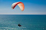 Paraglider über der Küste, Netanya, Israel.|.paraglider over the shore line, Netanya, Israel
