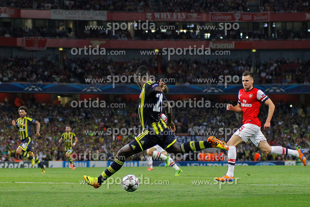 27.08.2013, Emirates Stadion, London, ENG, UEFA CL Qualifikation, FC Arsenal vs Fenerbahce Istanbul, Rueckspiel, im Bild Fernerbache's Emmanuel Emenike takes a shot at goal during the UEFA Champions League Qualifier second leg match between FC Arsenal and Fenerbahce Istanbul at the Emirates Stadium, United Kingdom on 2013/08/27. EXPA Pictures &copy; 2013, PhotoCredit: EXPA/ Mitchell Gunn<br /> <br /> ***** ATTENTION - OUT OF GBR *****