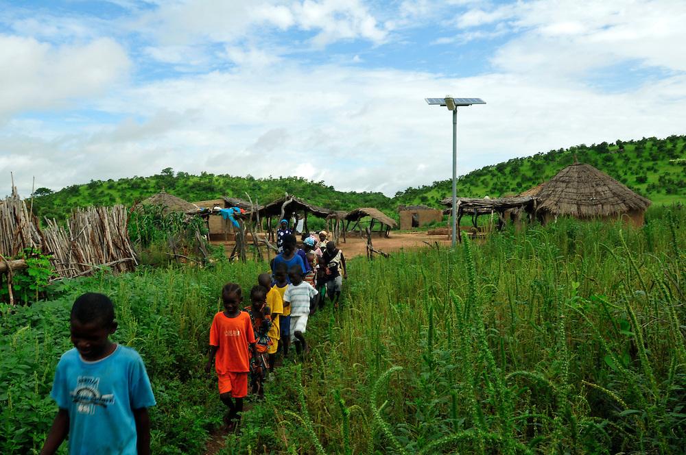 Les lampadaires solaires installé dans un village par ASER, une structure de l'état Sénégalais chargé de l'électrification des communautés rurales. Dans cette région du Sahel un grand nombre des hommes émigrent, notement vers la France. L'argent que les migrants envoient aide à la développement de leurs région..Ololdou, Sénégal. 04/09/2010..Photo © J.B. Russell