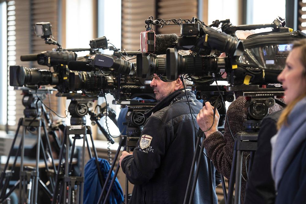 16 MAR 2017, BERLIN/GERMANY:<br /> Fernsehkameras und Kameramann waehrend einer Pressekonferenz nach einer Sitzung der Ministerpraesidentenkonferenz, Bundesrat<br /> IMAGE: 20170316-02-004<br /> KEYWORDS: Ministerpräsidentenkonferenz, MPK, Camera