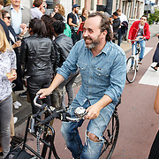 NLD/Amsterdam/20150714 - Opening tentoonstelling Selwyn Senatori, Horace Cohen op de fiets