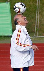 10.06.2010, Sportanlage, Potchefstroom, RSA, FIFA WM 2010, Training Spanien im Bild Spain's Vicente del Bosque mit Ball, EXPA Pictures © 2010, PhotoCredit: EXPA/ Alterphotos/ Acero / SPORTIDA PHOTO AGENCY