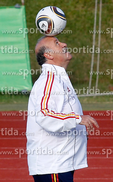 10.06.2010, Sportanlage, Potchefstroom, RSA, FIFA WM 2010, Training Spanien im Bild Spain's Vicente del Bosque mit Ball, EXPA Pictures © 2010, PhotoCredit: EXPA/ Alterphotos/ Acero / SPORTIDA PHOTO AGENCY