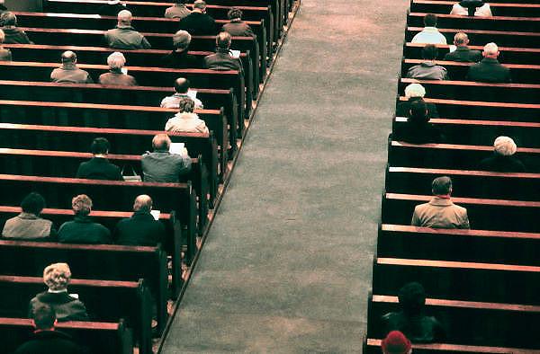 Nederland, Enschede, 10-4-2002..Kerkgangers, gelovigen, kerkbezoek, ontkerking, teloorgang, chtistendom, mis, ouderen. religie, geloof, godsdienst, katholieke kerk, eucharistie viering...Foto: Flip Franssen