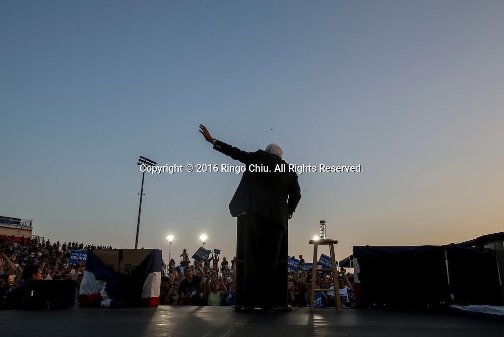 5月26日,在美国加利福尼亚州洛杉矶的波莫纳市,伯尼&middot;桑德斯向支持者挥手。。当日,美国民主党总统竞选人伯尼&middot;桑德斯在洛杉矶举行竞选集会。 新华社发(赵汉荣摄)<br /> Democratic presidential candidate Bernie Sanders waves with supporters during a rally in Pomona, California, the United States, on May 26, 2016. (Xinhua/Zhao Hanrong)(Photo by Ringo Chiu/PHOTOFORMULA.com)<br /> <br /> Usage Notes: This content is intended for editorial use only. For other uses, additional clearances may be required.