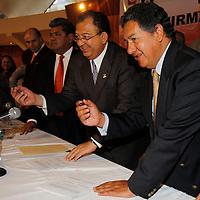 TOLUCA, México.- Luis Walton Aburto, Presidente Nacional del Partido Movimiento Ciudadano e Higinio Martínez Miranda, fundador del GAP  durante la firma de la Alianza Electoral por el Estado de México con miras a las elecciones del 2012 entre estos dos grupos de izquierda. Agencia MVT / Crisanta Espinosa. (DIGITAL)
