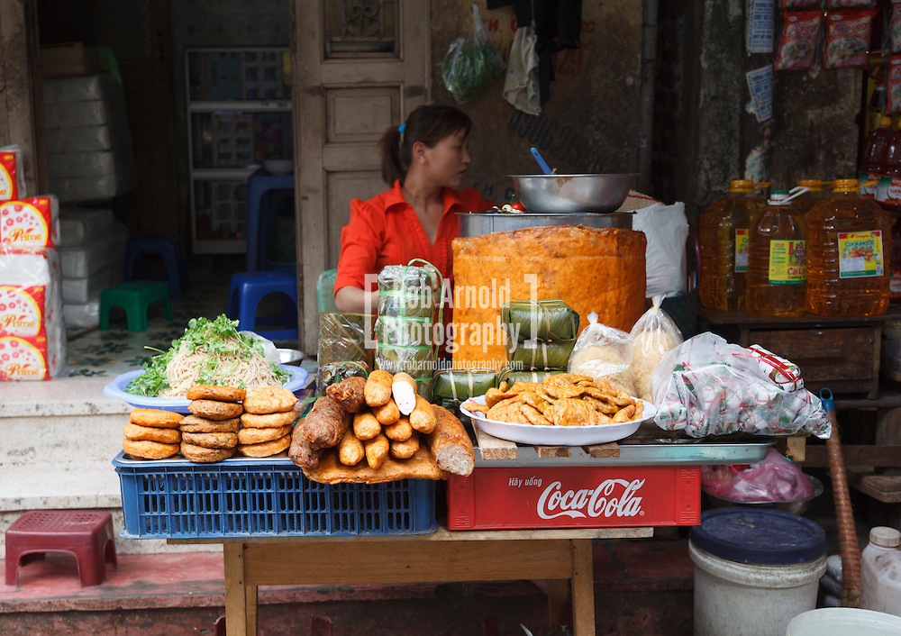 © Rob Arnold.  15/04/2013. Hanoi, Vietnam. A woman selling food on the streets of Hanoi. Photo credit : Rob Arnold