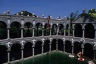 Hong Kong. center for drug addicts  Shek Kwu Chau island      /  Shek Kwu Chau l'île du docteur Holinrake  /  L'île  de Shek Kwu Chau est réservée aux drogués , elle a été transformée il y a vingt cinq ans en centre de cure. Le médecin qui dirige ce centre depuis des dizaines d'annèes est un fou d'architecture , il a transformée l'île en véritable décor de cinéma qui font penser aux décor de la célèbre série - le prisonnier - .  /  Une statue d'un dieu chinois veille à l'entrèe de l'île.  Accueil des nouveaux patients.  Shek Kwu Chau island    l'ile du docteur Holinrake   /  R00141/1    L1076  /  R00141  /  P0001981