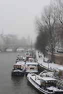 France. Paris. 6th district. Barges Quay Conti , Paris under the snow / Quai Conti paris sous la neige en hiver