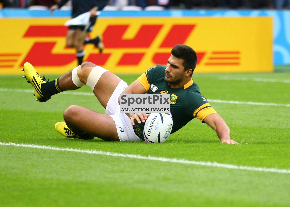South Africas Centre Damian De Allende score the first try. Rugby World Cup group game from Pool B between South Africa and USA at The Stadium. Queen Elizabeth Olympic Park. (c) Matt Bristow | SportPix.org.uk