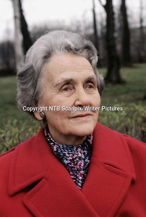 OSLO 19880503. Forfatteren Halldis Moren Vesaas fotografert i Frogneparken. <br /> Foto: Kjersti Botnedal / Osloavisen / Scanpix<br /> <br /> NTB Scanpix/Writer Pictures<br /> <br /> WORLD RIGHTS, DIRECT SALES ONLY, NO AGENCY