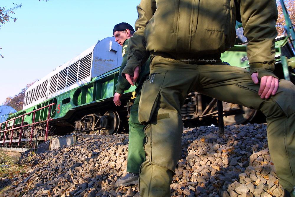 Ein Atomtransport mit 12 Castorbehältern aus der französischen Wideraufbereitungsanlage La Hague rollt auf den Schienen in Richtung Gorleben. Polizisten sichern die Gleisstrecke gegen Atomkraftgegner