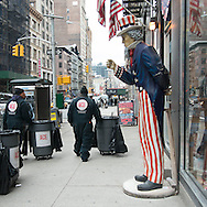 New York, uncle Sam statue with american flag on broadway/ statue de l oncle sam et drapeaux americains sur broadway