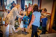 ROTTERDAM - Ouders arriveren met hun kinderen voor de eerste schooldag op basisschool De Globetrotter. ANP ROBIN VAN UTRECHT