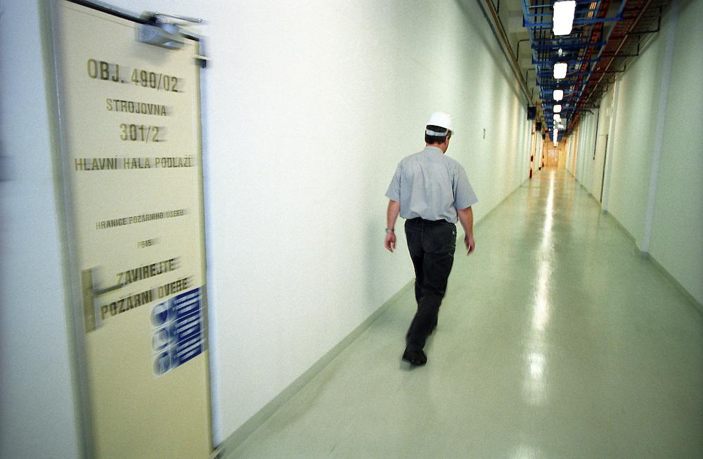 Temelin/Tschechische Republik, Tschechien, CZE, 25.06.2004: Ein Mitarbeiter auf dem Weg zu seinem Arbeitsplatz in den Verbindungskorridoren im Atomkraftwerk Temelin. Das Kernkraftwerk steht 24 Km von der Stadt Ceske Budejovice entfernt.<br /> <br /> Temelin/Czech Republic, CZE, 25.06.2004: Employee walking through corridors to his workplace at the Nuclear Power Station Temelin. The Nuclear Power Plant Temelin is located, approximately 24 km from the town of Ceske Budejovice.