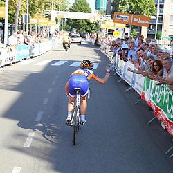 Boels Rental Ladiestour 2013 Leerdam Annemiek van Vleuten zwaait naar een bekende in de passage Leerdam