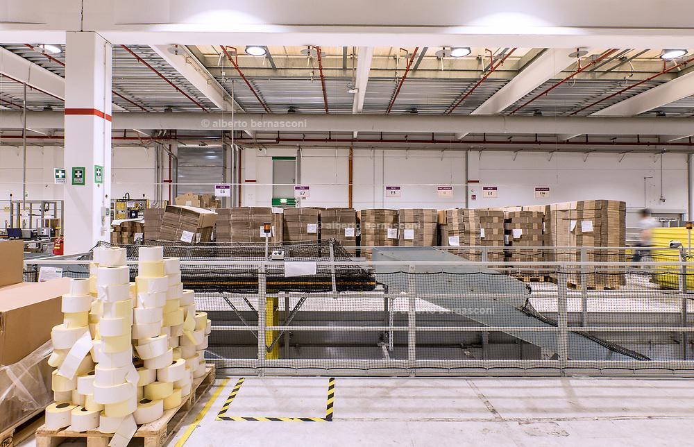 Piacenza, Castel San Giovanni, Amazon logistic center, Outbound: parte del centro di distribuzione dove i prodotti sono impacchettati ed etichettati con l'indirizzo per la spedizione