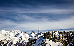 THEMENBILD - Übersicht auf den verschneiten Gipfel der Schobergruppe mit Gipfelkreuz der Blauspitze im Vordergrund, Kals am Großglockner, Österreich am Donnerstag, 21. März 2018 // Overview of the snowy summit of Schobergruppe with summit cross of the Blauspitze in the foreground. Thursday March 21, 2018 in Kals am Grossglockner, Austria. EXPA Pictures © 2018, PhotoCredit: EXPA/ Johann Groder
