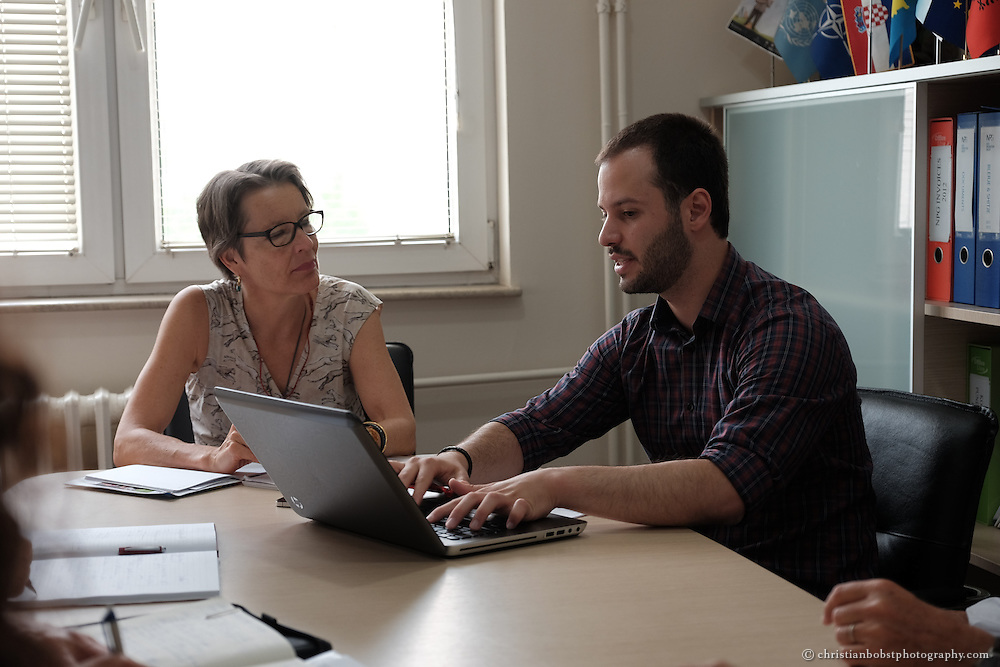 Arion Rizaj, Gründer und Geschäftsführer von KosovaJob, das Helvetas beim Aufbau des Unternehmens und bei der Entwicklung von Weiterbildungen für junge Jobsuchende unterstützt hat im Gespräch mit Elisabeth von Capeller, Leiterin Ostzusammenarbeit bei der Deza