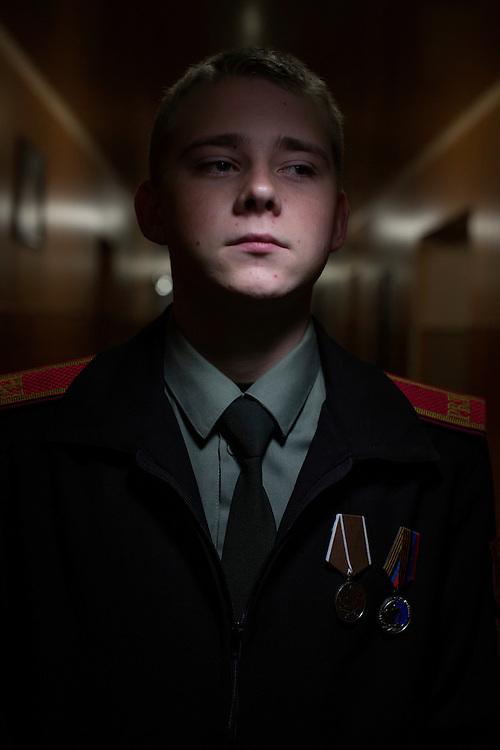 Ukraina<br /> <br /> Andrey, 17 &aring;r, g&aring;r p&aring; kadettskola i Donetsk. N&auml;r han var 16 &aring;r var han med i f&ouml;rband som rensade ut st&auml;der efter er&ouml;vringar. Han blev dubbelt bel&ouml;nad f&ouml;r sina bedrifter.<br /> <br /> <br /> Photo: Niclas Hammarstr&ouml;m