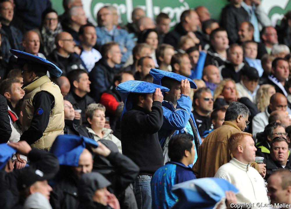 DK Caption:<br /> 20090517, K&oslash;benhavn, Danmark:<br /> SAS Liga fodbold FC K&oslash;benhavn - Br&oslash;ndby:<br /> FCK fans beskytter sig mod kasteskyts fra Br&oslash;ndby fans<br /> Foto: Lars M&oslash;ller<br /> UK Caption:<br /> 20090517, Copenhagen, Denmark:<br /> SAS Liga football FC Copenhagen - Brondby:<br /> FCK fans beskytter sig mod kasteskyts fra Br&oslash;ndby fans<br /> Photo: Lars Moeller