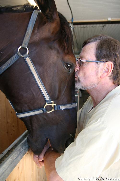 - Vi er nok over gjennomsnittet interessert i hester, sier Carsten Høeg, her med varmblodstraveren Sims Fighter.