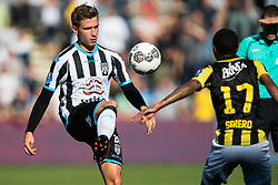 (L-R) Reuven Niemeijer of Heracles Almelo, Thulani Serero of Vitesse during the Dutch Eredivisie match between Heracles Almelo and Vitesse Arnhem at Polman stadium on October 15, 2017 in Almelo, The Netherlands