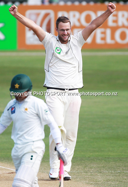 New Zealand captain Daniel Vettori celebrates the dismissal of Adnan Akmal, caught Martin on Day 3 of the 2nd test match.  New Zealand Black Caps v Pakistan, Test Match Cricket. Basin Reserve, Wellington, New Zealand. Monday 17 January 2011. Photo: Andrew Cornaga/photosport.co.nz