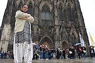 Europe, Germany, Cologne,  woman from South Asia in front of the cathedral.<br /> Europa, Deutschland, Koeln, Frau aus Suedasien vor dem Dom.