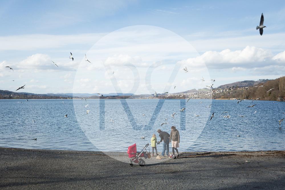 SCHWEIZ - MEISTERSCHWANDEN - Eine Junge Familie füttert Wasservögel - 03. März 2015 © Raphael Hünerfauth - http://huenerfauth.ch