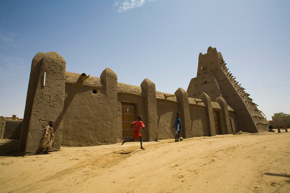 Children playing by Sankor�osque in Timbuktu, Mali.