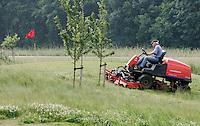 Het maaien van de golfbaan door een greenkeeper. KOEN SUYK
