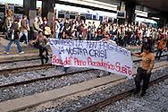 Roma 16 Ottobre 2008.Manifestazione degli studenti universitari contro la riforma Gelmini.I studenti occupano i binari della Stazione Termini .Rome 16 October 2008 .Demonstration against the reform Gelmini of university students.The students occupying the tracks of the Stazione Termini