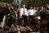 """17 AUG 2004, APPEN/GERMANY:<br /> Peter Struck (Mi-L), SPD, Bundesverteidigungsminister, und Oberst Roland Braun (Mi-R), Kommandeur der Unteroffizierschule, besichtigen die Praktische Ausbildung """"Retten und Bergen"""", waehrend einem Besuch der Unteroffiziersschule der Luftwaffe<br /> IMAGE: 20040817-01-015<br /> KEYWORDS: Truppenbesuch, Soldat, Soldaten, Bundeswehr, Sanitaetsuebung, Santitätsübung"""