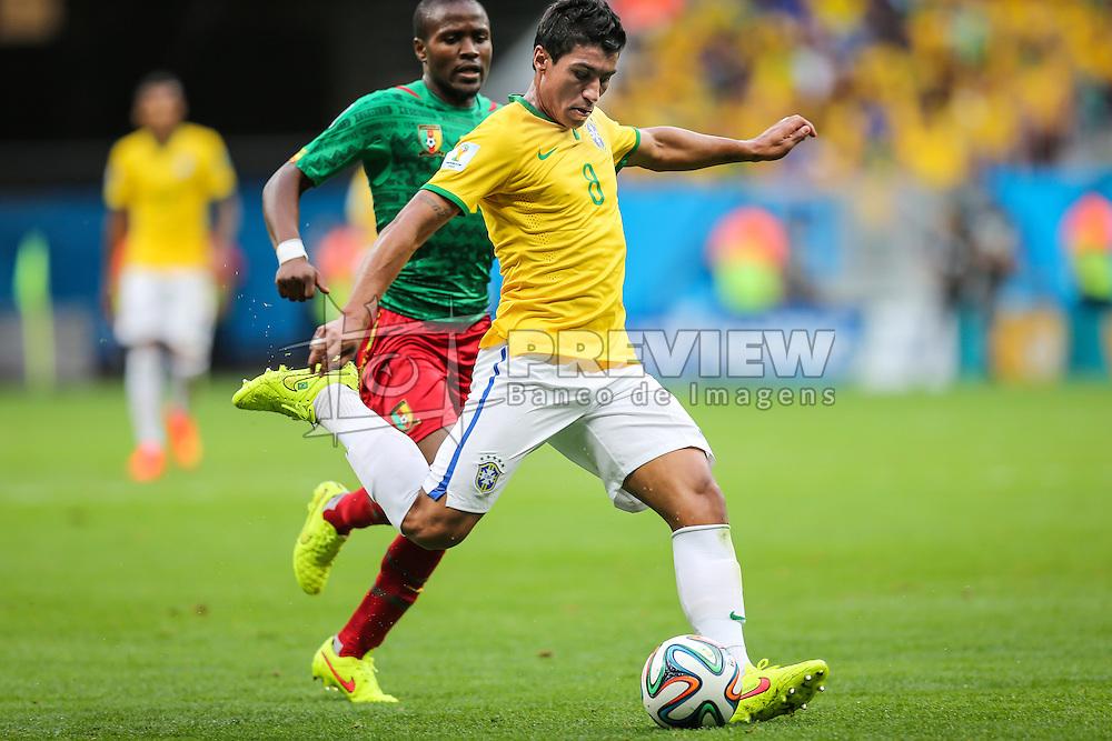 Paulinho na partida entre Brasil x Camarões, válida pela fase de grupos da Copa do Mundo 2014, no Estádio Mané Garrincha, em Brasíia. FOTO: Jefferson Bernardes/ Agência Preview