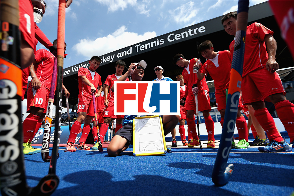 LONDON, ENGLAND - JUNE 17: The China team huddle at the third break during the Hero Hockey World League Semi Final match between China and Korea at Lee Valley Hockey and Tennis Centre on June 17, 2017 in London, England.  (Photo by Alex Morton/Getty Images)
