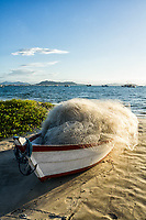 Barco e rede de pesca sobre a areia na Praia de Ponta das Canas. Florianópolis, Santa Catarina, Brasil. / Boat and fishing net on the sand at Ponta das Canas Beach. Florianopolis, Santa Catarina, Brazil.