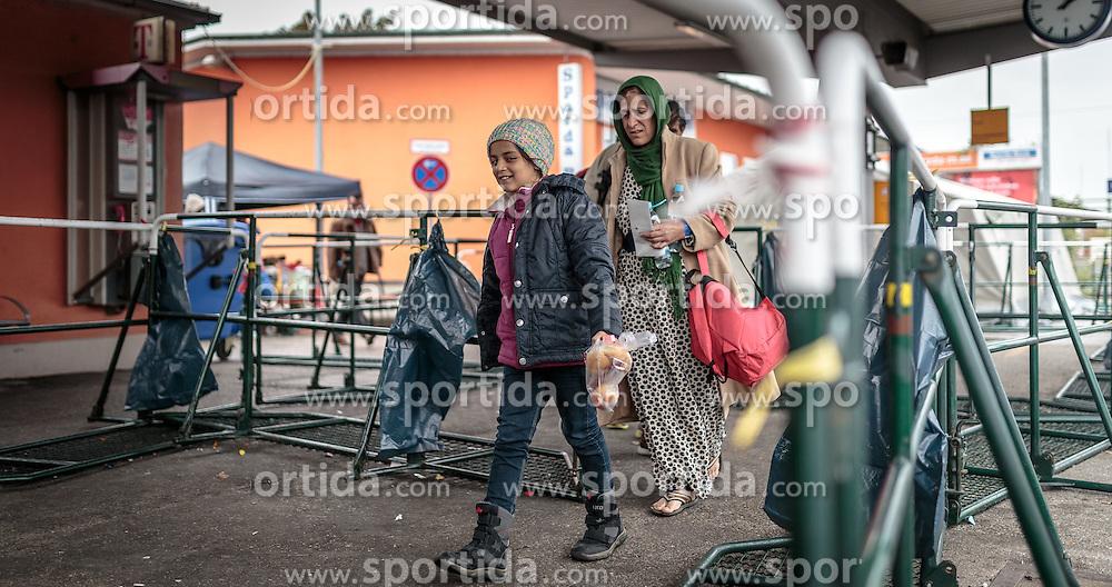 14.10.2015, Bahnhof, Freilassing, GER, Flüchtlingskrise in der EU, im Bild Flüchtlinge warten auf dem Bahnsteig auf den Sonderzug // Refugees wait on the platform for the special train, Railway Station, Freilassing, Germany on 2015/10/14. EXPA Pictures © 2015, PhotoCredit: EXPA/ JFK